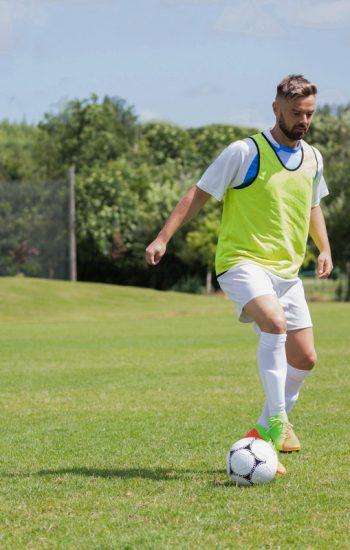 football-player-dribbling-the-soccer-on-the-footba-GCLRN9-D